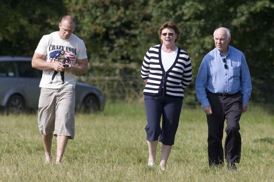 Mike Tindall mit seinen Eltern Linda und Phil im August 2009