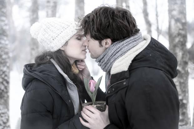 """""""Sturm der Liebe"""", Folge 3133:Am Donnerstag (25.04.19) träumt Denise (Helen Barke, l.),wie Joshua (Julian Schneider, r.) ihrseine Liebe gesteht."""