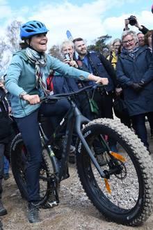 12. April 2019  Kronprinzessin Victoria auf der Überholspur: Mit einem Fatbike geht es für die 41-Jährige durch die Provinz Halland in Schweden. Der Spaß scheint dabei nicht zu kurz zu kommen.