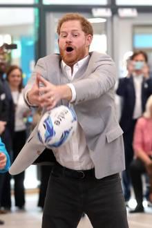 """11. April 2019  Prinz Harry gibtbei der Eröffnung der neuen Youth Zone """"Future"""" in Barking und Dagenham in London alles. Er ist sich für nichts zu schade und punktet bei den Jugendlichen mit seinen Ball-Fähigkeiten."""