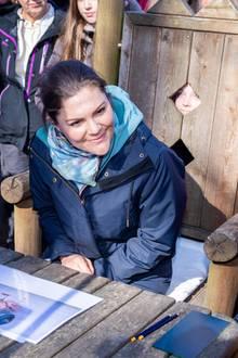 Wenn Prinzessin Victoria in der Gegend ist, möchte natürlich jeder einen Blick auf sie erhaschen - egal aus welcher Richtung. Bei ihrem Besuch in der Provinz Holland hat ein Kind einen besonders lustigen Schauplatz gefunden. Es guckt durch die Rückenlehne hindurch.
