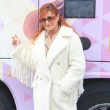 Andrea Berg promotet momentan ihr neues Album. In den Pausen hält sie sich in diesem Mantel warm. Das stylische It-Piece aus Faux Fur ist von Max Mara und kostet über 2.000 Euro.