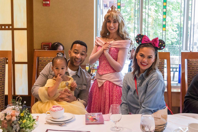 13. April 2019  Zur Feier des (nächsten) Tages gesellt sich sogar Dornröschen zu Luna und ihren Eltern, als sie ihren Geburtstagskuchen essen.