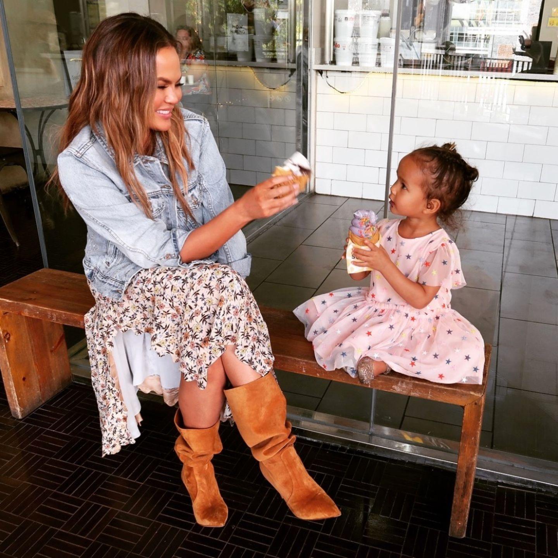 30. März 2019  Im Sommerkleidchen und bei bestem Wetter genießen Chrissy Teigen und Luna ein buntes Softeis miteinander.