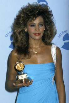 1986  Seit drei Jahren steht Whitney Houston nun unter Vertrag, gerade hat sie ihr erstes Album veröffentlicht. Die Platte ist nach ihr benannt und bricht sofort Rekorde. Sie ist sogar so erfolgreich, dass sie der damals 22-Jährigen ihren ersten Grammy als beste Popsängerin einbringt.