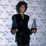"""1989  Es hagelt weiterhin Preise: Whitney Houston sahnt auch bei den American Music Awards ab. Doch auch über de Grenzen der USA ist sie schon längst bekannt. Ein Jahr zuvor singt sie bei den Olympischen Spielen in Seoul ihren Hit """"One Moment in Time""""."""