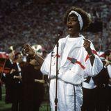 1991  Heute träumen die größten Stars davon. Whitney Houston schafft es beim Spiel der New York Giants gegen die Buffalo Bills. Sie tritt beim Super Bowl XXV in Florida auf und ersingt sich im weißen Sportanzug einen weiteren Meilenstein in ihrer Karriere