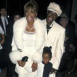 1998  In der Öffentlichkeit geben Whitney Houston und Bobby Brown mit ihrer süßen Bobbi Kristina noch ein hübsches Bild ab. Die Idylle trügt allerdings. Zu diesem Zeitpunkt soll die Sängerin bereits unter einer Drogenabhängigkeit leiden.