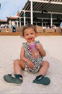 Am Strand von Dubai fühlt sich die gut gelaunte Mia Rose absolut wohl.