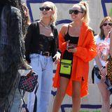 Hailey Bieber und eine Freundin amüsieren sich auf der Party des Jeans-Kultlabels Levi's. Hailey ist schon absolute Expertin, was Festival-Looks betrifft...