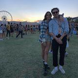 Brooklyn Beckham und seine Freundin Hana Cross posieren vor dem ikonischen Riesenrad für einen Sonnenuntergangsfoto. Beide trägen lässige Hemden und Jeans.