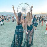 Mehr Coachella in einem Bild geht eigentlich nicht: Das Riesenrad, der Sonnenuntergang, geflochtenes Haar, viel nackte Haut und ein gut-gelauntes Duo. Erkennen Sie, wer hier feiert?