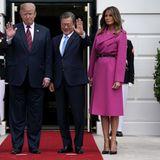 Für den Besuch des südkoreanischen PräsidentenMoon Jae-in wählt Melania Trump einen pinken Mantel von Louis Vuitton. Der Wollmantel des französischen Labels kostet 3.300 Euro. Dazu kombiniert sie schwarze Pumps, die perfekt zum Ledergürtel des Mantels passen.