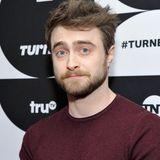 """2019  Ohne die Haare im Gesicht scheint es nicht zu gehen. Daniel Radcliffe lässt sich doch wieder einen Bart wachsen. Den braucht er für seine neue Rolle in """"Escape from Pretoria"""" aber auch. Bei den Dreharbeiten in Australien ist er teilweise kaum zu erkennen."""