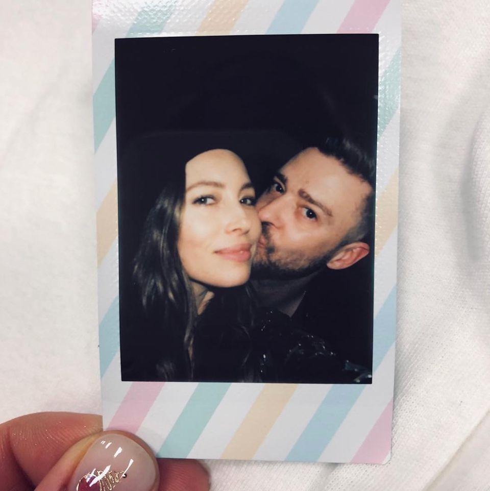 """14. April 2019  Justin Timberlake hat seine letzte Show der """"Man of the Woods""""-Tour gespielt. Zur Feier des Tages schmeißt er eine kleine """"Polaroid-Party"""", zu der natürlich auch seine Frau, Jessica Biel, kommt."""