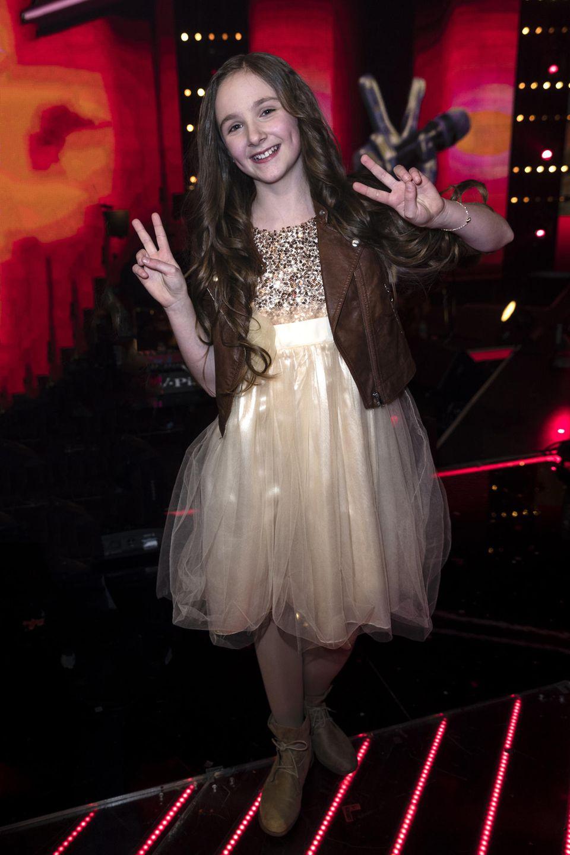 """Bei den Blind Auditions buzzert Nena in 2017 sofort, als sie die Stimme von Sofie Thomas hört, die """"wie eine Große"""" das Lied """"Je ne regrette rien"""" singt. Im Finale müssen sich die Coaches zwar nicht mehr umdrehen, begeistert sind sie von der damals 11-Jährigen dennoch."""