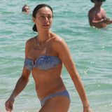 In Miami zeigt sich die Ex-Frau von Boris Becker im gestreiften Bandeau-Bikini. Damit zieht Lilly Becker so manche Blicke auf sich.