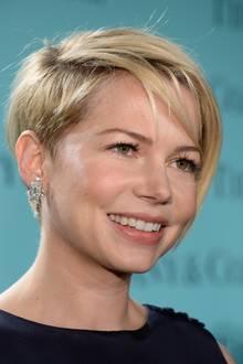"""Der blonde Pixie-Cut von Michelle Williams ist ein echtes Statement.Die Kombination von kurzen Seiten- und Nackenhaaren sowie langem Deckhaar sorgtfür eine extra Portion Volumen. Ürbigens: """"Pixie"""" bedeutet """"Elfe"""". Passt doch ganz gut zu diesemfrechen Haarschnitt, oder?"""