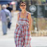 Katie Holmes liebt es in gemütlichen Outfits durch die Stadt zu schlendern. Hier wirkt der weite Jumpsuit im Karo-Muster allerdings eher wie ein Clown-Kostüm. Die gewaltige Stoffmenge droht die kleine Schauspielerin zu verschlingen. Das kannst du aber besser, Katie.