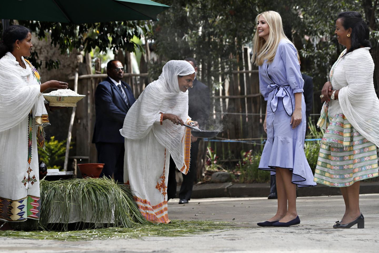 In Äthiopien begegnet Ivanka Trump den Frauen in flachen Schuhen und Volant-Kleid. Bodenständigkeit zu beweisen, ist hier ihre Intention. Die First-Daughter ist in das Entwicklungsland gereist, um selbstständigen Frauen Kredite zu vergeben und sie in ihrer Selbstständigkeit zu unterstützen. Damit macht sie sich für ein wirtschaftliches Frauenförderungsprogramm des Weißen Hauses stark.