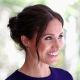 Der Messy Bun hat auch royale Fans: Herzogin Meghan trägt den lockeren Haarknoten öfterzu offiziellen Anlässen. Meist lässt sie dabei einige Strähnen lose ins Gesicht fallen.