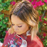 Wer glaubt, dass nur Mädels mit langen Haaren coole Frisuren für Coachella stylen können, liegt falsch. Ashley Tisdale beweist, dass sich auch Kurzhaarfrisuren festivaltauglich stylen lassen. Sie hat sich kleine goldene Ringe auf den Scheitel flechten lassen.