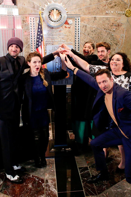 """Rebecca Ferguson mit dem Cast von """"The Greatest Showman""""."""