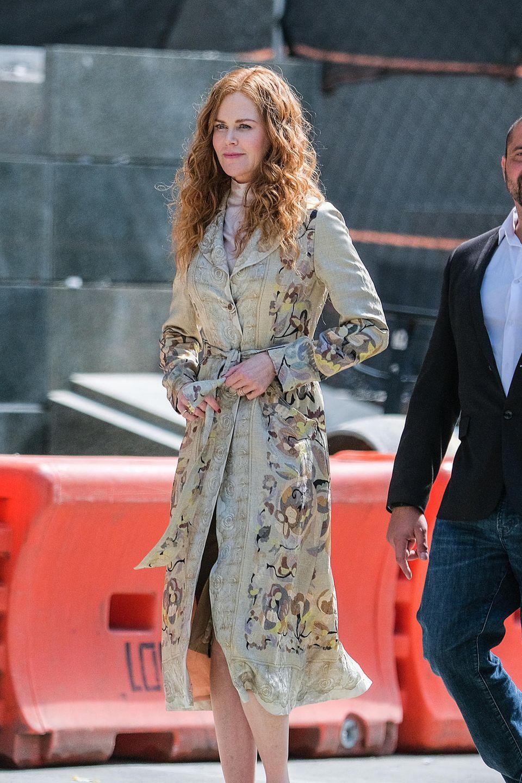 ... zeigt sich Nicole Kidman von ihrer Schokoladen-Seite: In rötlicher Locken-Mähne und schickem Trenchcoat läuft sie über das Film-Set.