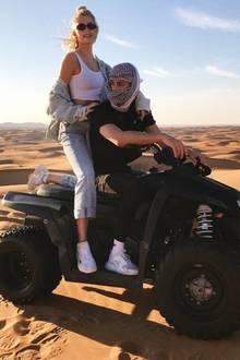 Mit ihrem Dustin fährt Lena Gercke garantiert bis ans Ende der Welt – oder erstmal in die goldene Wüste von Dubai. Ein Schnappschuss aus bereits vergangenen Urlaubstagen im Februar 2019 zeigt die beiden jetzt erstmals als Paar! In stylishen Jeans-Oufits düsen Lena und Dustin auf ihrem Quad durch den Sand und genießen ihr junges Liebesglück.