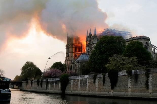Verzweifelter Kampf der Feuerwehr umdie Kathedrale Notre Dame in Paris