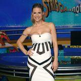 """Sexy sexy, Signora! Michelle Hunziker posiert beim Photocall ihrer neuen TV-Show """"Striscia la notizia"""" in einem trägerlosen, hautengen Kleid mit grafischem Print in Schwarz und Weiß."""