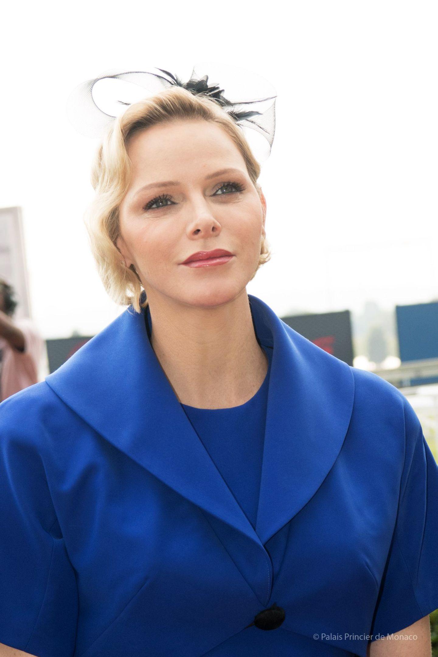 Ihr Haar trägt Charlène von Monaco leicht gelockt, mit einem eleganten Fascinator setzt sie ein echtes Highlight. Ihr Make-up wirkt schön natürlich.