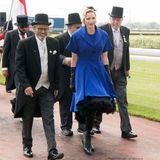 In royalem Blau erscheint Fürstin Charlène von Monaco zum Royal Race Day in Johannesburg. Sie trägt eine Kombination aus Kleid und Bolero-Jäckchen, Lederstiefel, Lederhandschuhen und einem Fascinator - ein ganz schön außergewöhnlicher Look.