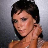 2009  Den Super-Cut wagt Victoria Beckham nur ein Jahr später. Plötzlich zeig sie sich mit kurzem Haar, das fransig geschnitten ist.