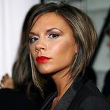 2006  Zu dem Kajal gesellt sich nun auch krasser Lidschatten sowie ein auffälliger Lippenstift. Außerdem trägt Victoria Beckham ihr Haar wieder wie in 2002.
