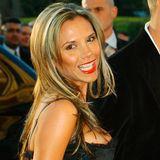 2004  Jetzt wird es girly. Victoria Beckham setzt plötzlich auf eine blondierte Mähne und knalligen Lippenstift.