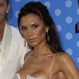 2003  Mit der Solo-Karriere kommt Victoria Beckham nur schleppend voran. Da hilft auch ihr neues Aussehen nicht. Ihr Haar ist wieder lang, der Bronzer zurück auf den Wangen und das Lipgloss stärker denn je.