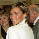 2001  Mit extremen Strähnchen hellt Victoria Beckham ihr Haar deutlich auf und lässt sich dieses zu einem schrägen Bob schneiden.