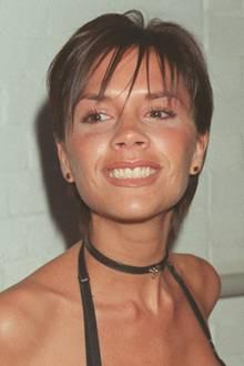 1999  Ein Jahr später wählt Victoria Beckham wieder das komplette Gegenteil. Nicht nur das Haar wird weniger, sondern auch das Make-up. Ihren Lipgloss gibt sie dennoch nicht her.
