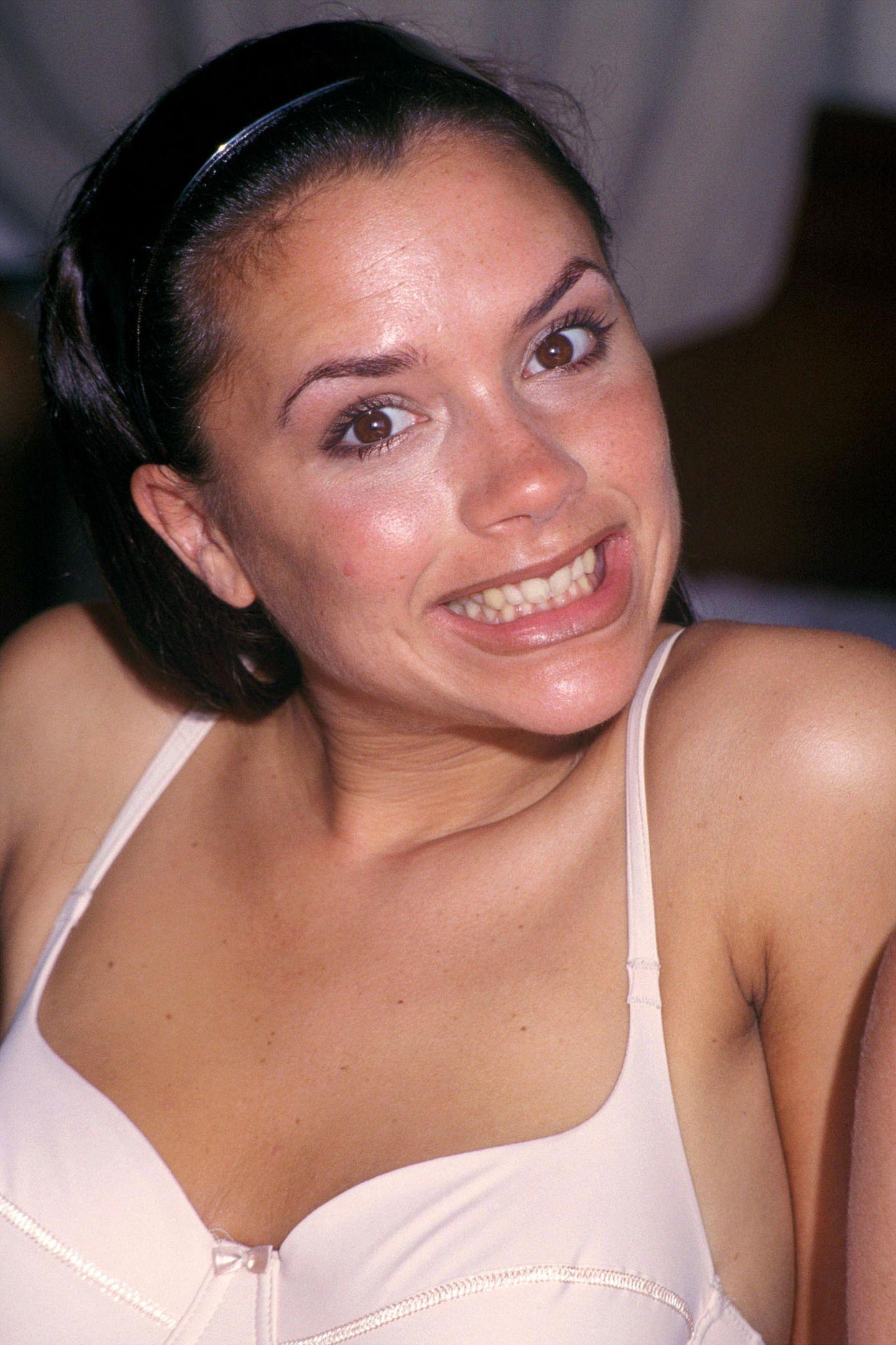 1997  Wenig Make-up, Sommersprossen, ein breites Grinsen - mit diesem Look wird Victoria Beckham zu einer der bekanntesten Frauen der Welt. Gerade wirdsie mit den Spice Girls weltweit gefeiert.