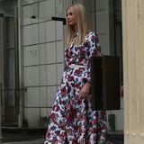 Ivanka Trump wählt während ihres Besuchs in Äthiopien ein weißes Kleid mit floralem Muster von Designerin Emilia Wickstead. Das sommerliche Leinenkleid kostet über 1.600 Euro - genau wie auch bei Melania Trump, wird diese Outfitwahl in den sozialen Medien stark diskutiert.