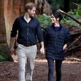 Zu Beginn ihrer Schwangerschaft reist Herzogin Meghan zusammen mit Prinz Harry nach Australien, Neuseeland, Fidschi und Tonga. Immer wieder zeigt sie sich in bequemen Ballerinas des nachhaltigen Labels Rothy's.