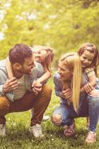 glückliche Familie, Spaß im Freien, Zeckenschutz, Vorbeugung