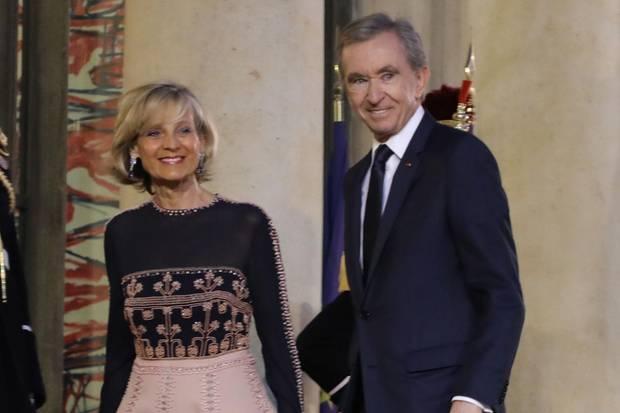 Bernard Arnault, hier mit seiner Frau Hélène Arnault, kündigt an, 200 Millionen Euro bereitzustellen.