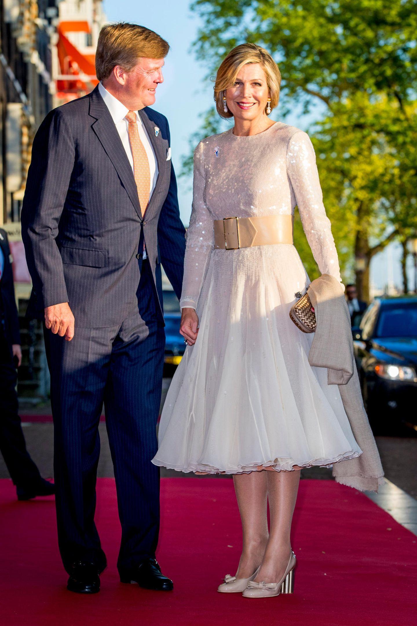 Schon im Mai 2018 verzauberte Königin Máxima in diesem wunderschönen Kleid beim Konzert anlässlich des Befreiungstags in Amsterdam. Kein Wunder, dass Máxima exakt diesen Look knapp ein Jahr späternoch einmal trägt ...