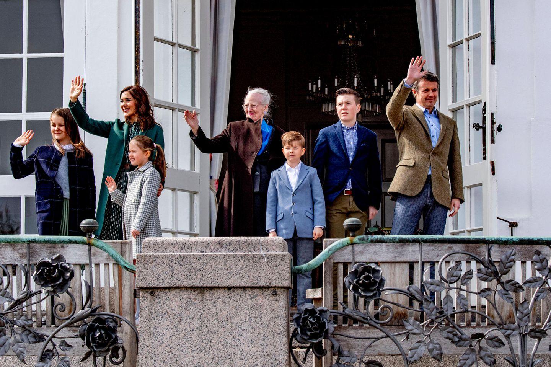 16. April 2019  Anlässlich Königin Margrethes 79. Geburtstag winken Kronprinzessin Mary und Kronprinz Frederik mit ihren vier KindernPrinzessin Isabella, Prinzessin Josephine,Prinz Vincent und Prinz Christian vom Balkon des Schlosses Marselisborg im dänischenAarhus.