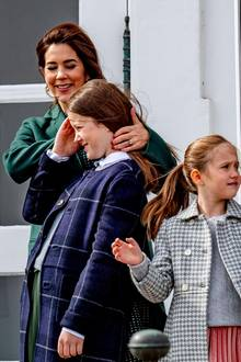 16. April 2019  Prinzessin Mary nimmt liebevoll die vom Wind zerzausten Haare aus dem Gesicht ihrer ältesten Tochter Isabella.