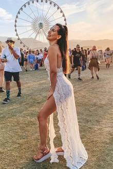 Clea-Lacy zeigt in ihrem Look viel Bein. Sie kleidet sich zum Coachella im dort angesagten Dessous-Kleid.