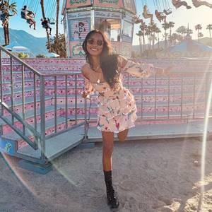 Pastelltöne, Stufen, süßes Muster: Jasmine Tookes tarnt sich in ihrem Kleidchenperfekt vor dem Kettenkarussell.