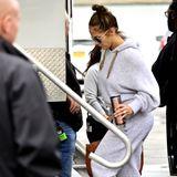 """Bei den Dreharbeiten zum Film """"Hustlers"""" ist Jennifer Lopez super leger als graues Hoodie-Mäuschen unterwegs. Alles sitzt schön weit, der Schlabber-Look ist perfekt. Nur ein Accessoire tanzt etwas aus der Reihe."""